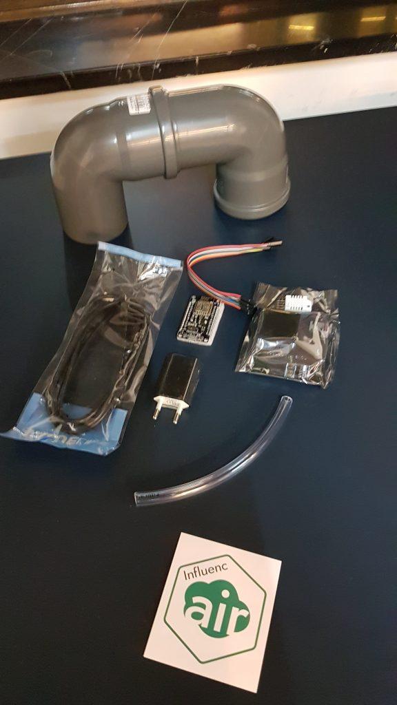 Elektronikdelar på ett bord.