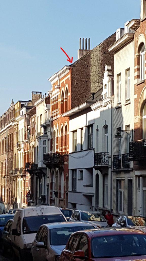 En bild på huset jag bor i, och en pil som pekar på taket.